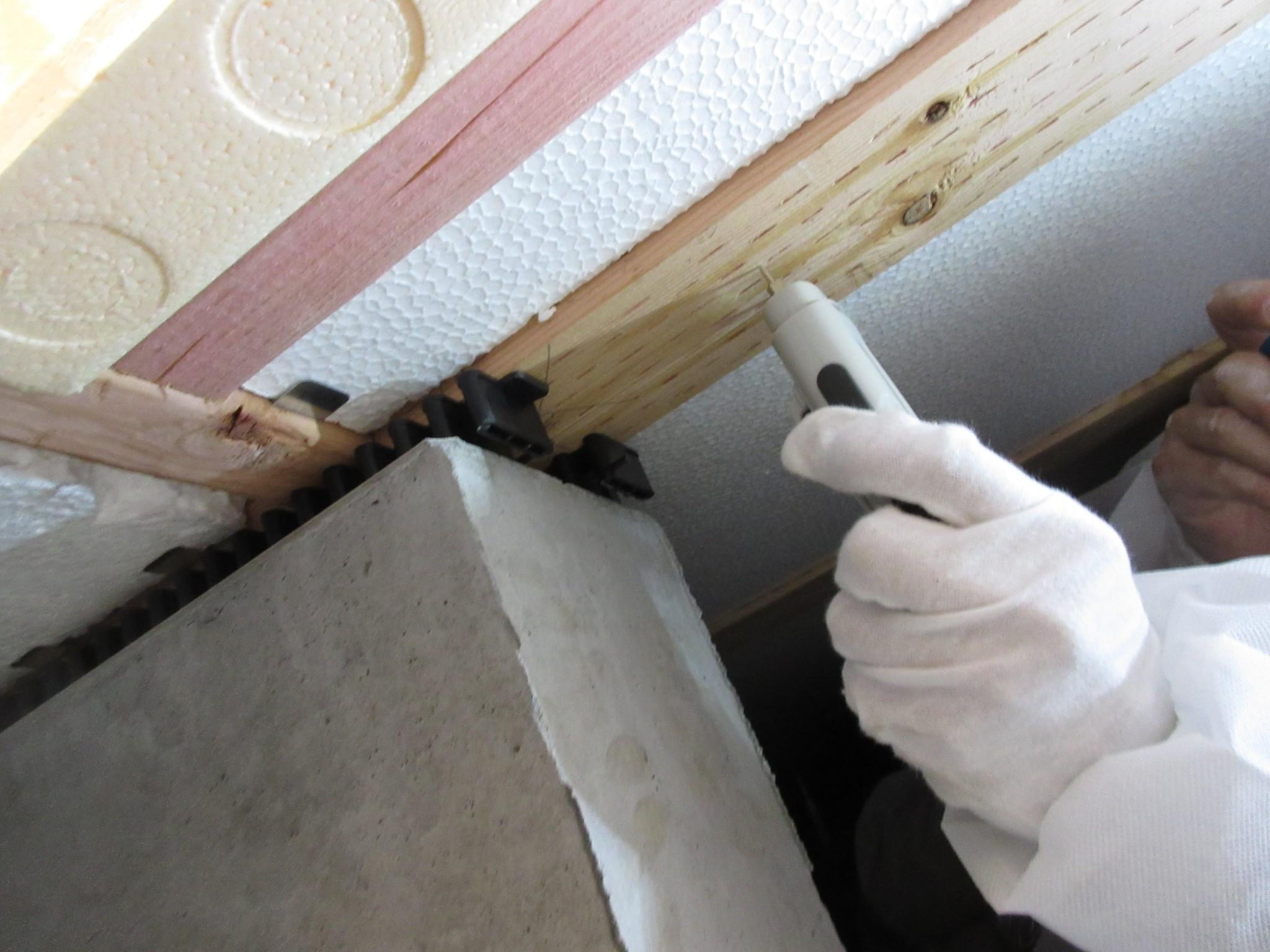 床下の材木の水分を測ります