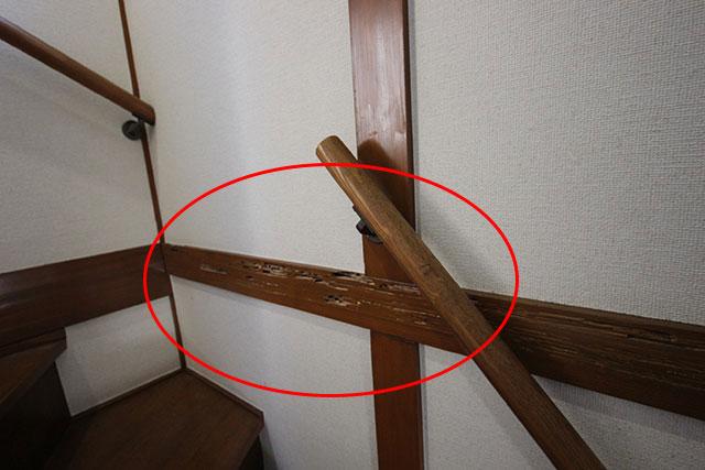 雨漏りで階段の梁がシロアリに食われてスカスカの状態