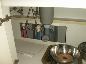 キッチン下の排水管をチェック