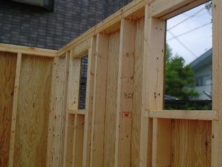 ツーバイフォー工法で建築中の住宅
